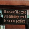廚房外釘了這張告示,小心騷擾廚師的下場....