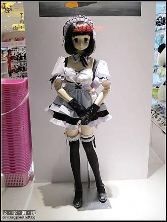 玩具店外的女僕等身公仔