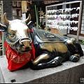 摸到閃亮亮的牛銅像