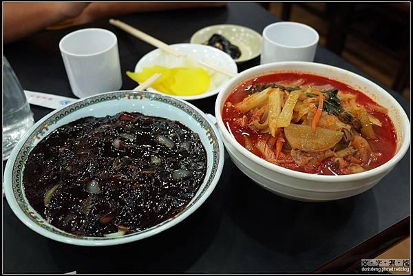 黑色炸醬麵及紅色海鮮麵