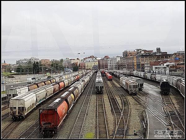 陸橋下方是火車集散地
