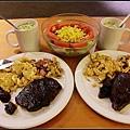 愛心晚餐~生菜沙拉我做的~牛排用醬油醃所以看來黑黑的~但好好吃:D