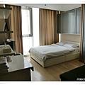 一張大床,空間不算大但滿乾淨的