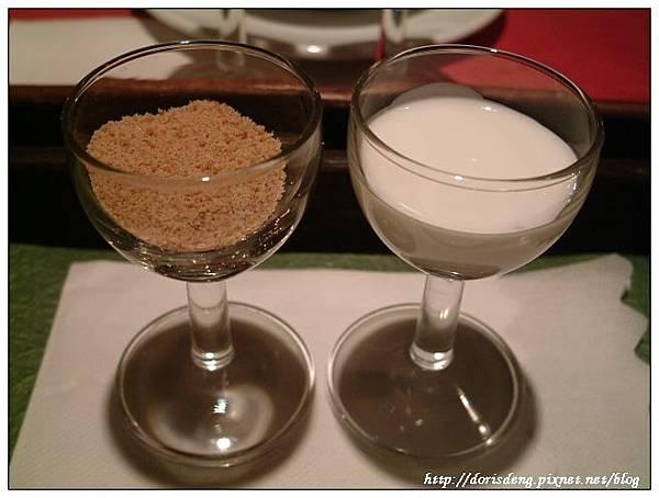 隨盤附的小巧棕糖及奶精
