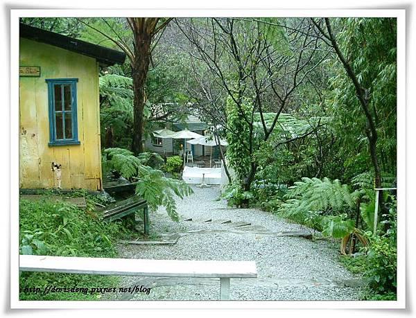 進門後經過左手邊黃色小屋