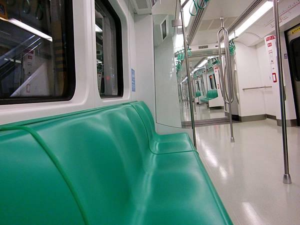 高雄捷運~西子灣站上車時沒什麼人^^