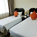 房間不大,兩張單人床