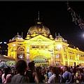 Flinders Station百年車站~人潮擁擠~