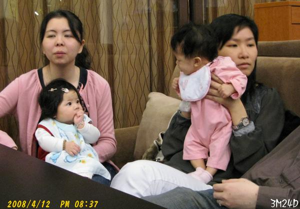 小羽: 歡歡姊姊,妳的手手好像比較好吃ㄝ~歡:我吃..我吃...