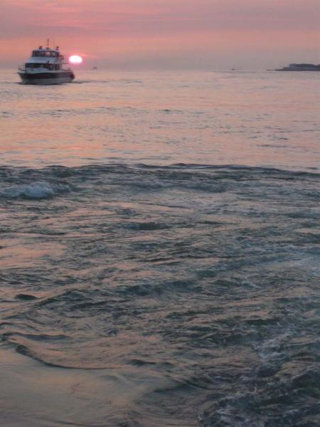 穿過夕陽的渡船h.jpg