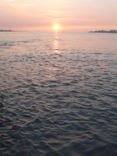 穿過夕陽的渡船 a.jpg