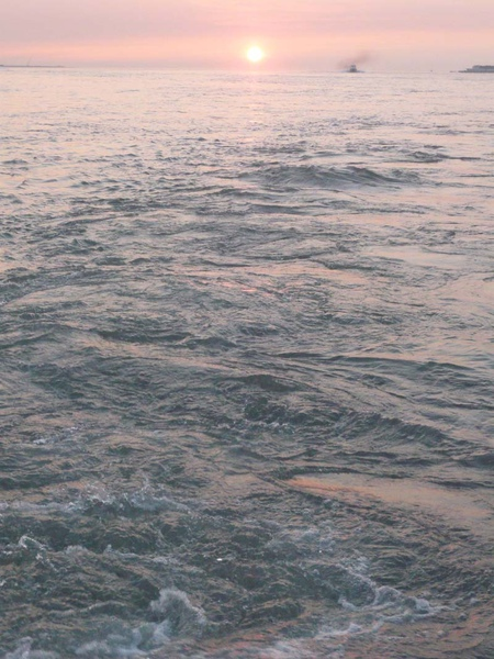 穿過夕陽的渡船b.jpg