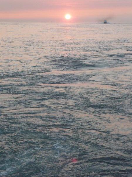 穿過夕陽的渡船c.jpg