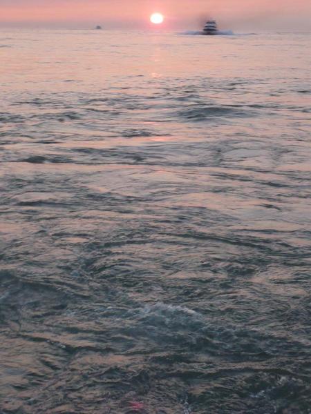 穿過夕陽的渡船d.jpg