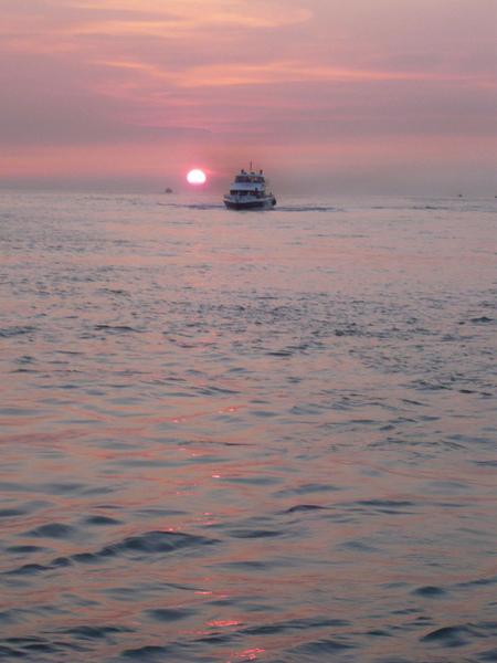穿過夕陽的渡船e.jpg
