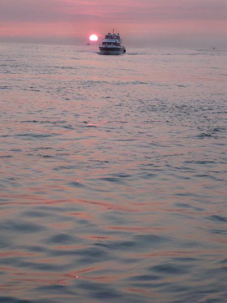 穿過夕陽的渡船f.jpg