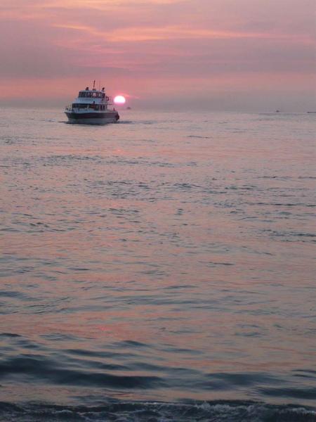 穿過夕陽的渡船g.jpg