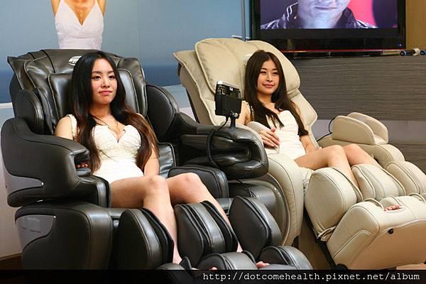 一日店長人氣正妹Lily與歪歪坐在BH按摩以上拍照