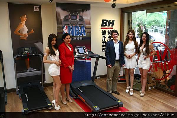 BH集團西班牙總公司執行董事 (Director) Javier Beisteguri 、BH西班牙集團財務長 (CFO) Nagore Rodriguez 女士和一日店長Lily、竹竹、歪歪在NBA 聯名跑步機G6535 T3i拍照
