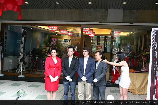 BH西班牙集團財務長 (CFO) Nagore Rodriguez 女士,BH亞太區總經理Raymond Lin,店長Charles Wang