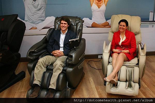 BH集團西班牙總公司執行董事 (Director) Javier Beisteguri 、BH西班牙集團財務長 (CFO) Nagore Rodriguez 女士為自BH坐在按摩椅上當代言