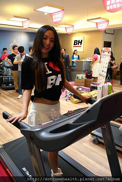 人氣正妹Lily擔任6/7~8在BH台中旗艦店(台中向上路一段688號)一日店長示範NBA 聯名跑步機G6535 T3i