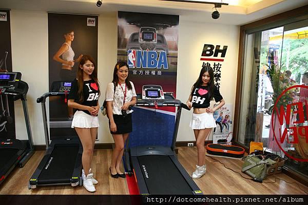 人氣正妹在NBA 聯名跑步機G6535 T3i和部落客白蓓蓓一同拍照