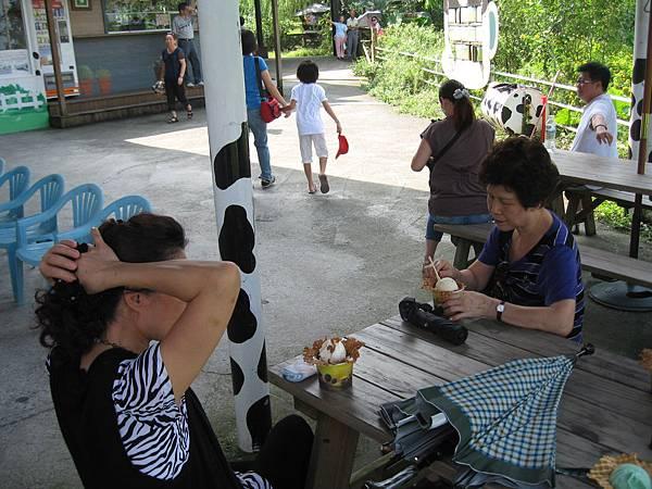 天氣熱~來享用牧場奶味超重的冰淇淋喔.JPG