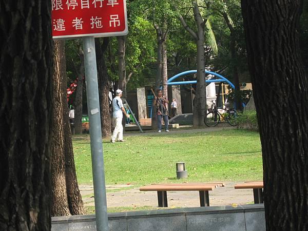 15.公園內做運動的長者.JPG