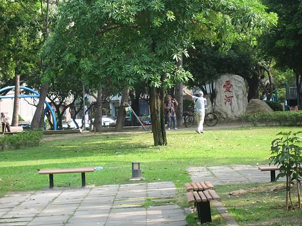 16.在公園做運動的長者.JPG