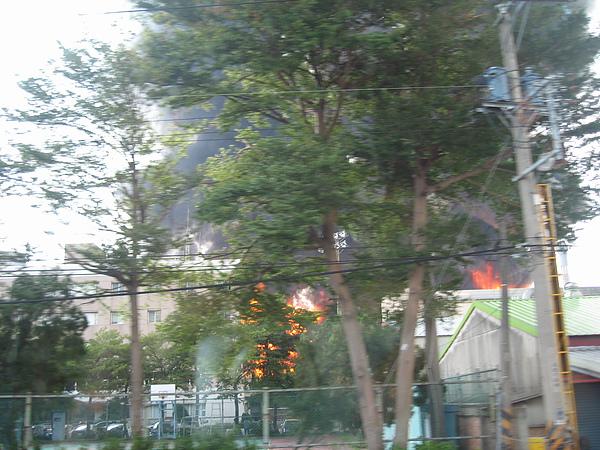 中午用餐途中途經太保市,碰見南亞塑膠嘉義二廠大火1.JPG