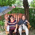 陽光好大,好熱,孫爸爸伉儷樹下休息.JPG