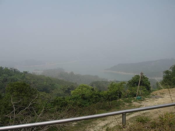 可惜天候不佳,僅能在雲霧中欣賞南化水庫.JPG