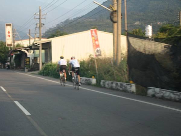 準備挑戰單車登上山地門勇士們.JPG