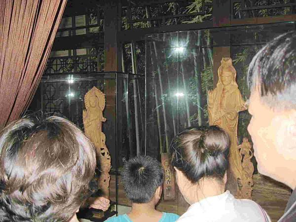 檀木雕刻的佛像-s.jpg