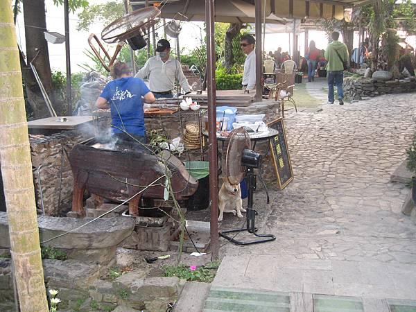 烤雞肉用的烤爐.JPG