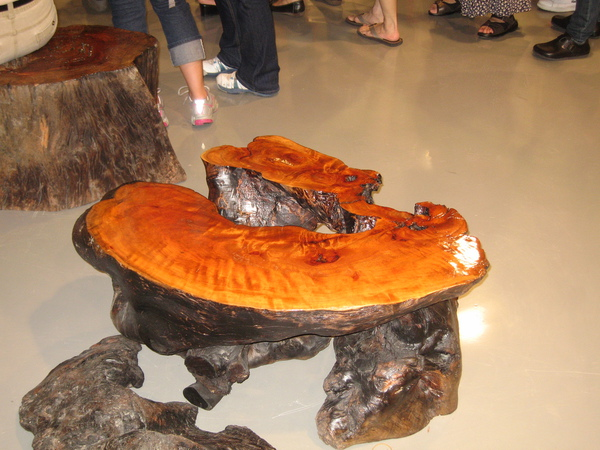 以原木雕刻而成的藝術品.JPG
