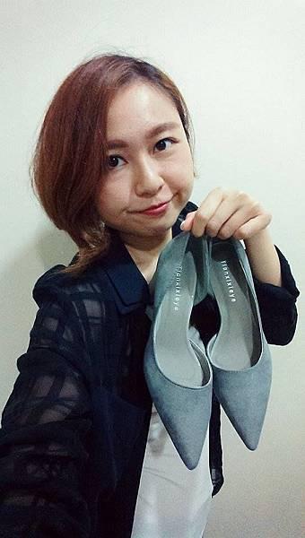 灰色尖頭低粗跟鞋