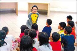 梁文音探訪新加坡育幼院