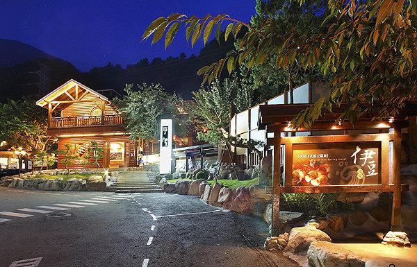 在谷關的夜裡,只有24小時營業的伊豆溫泉會館燈火通明。