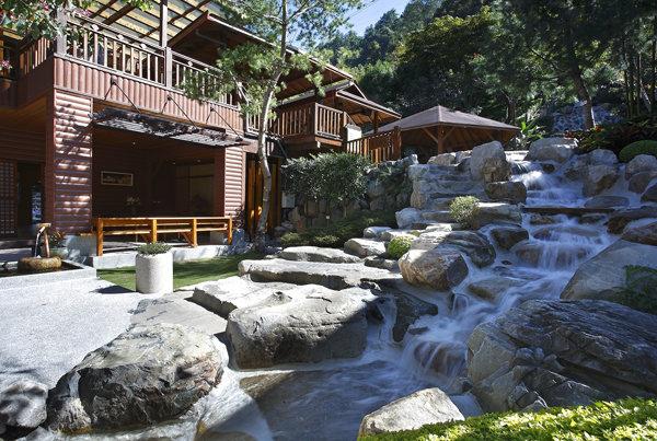 依山而居的風格讓伊豆會館更具特色。