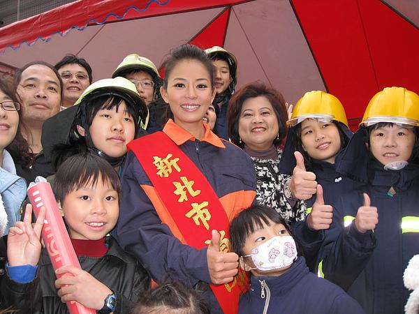 參加新北市消防安全宣導活動_美麗的新北市消防大使劉香慈與民眾合影。