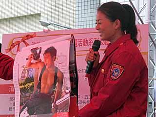 劉香慈看到猛男月曆,顯得很害羞。