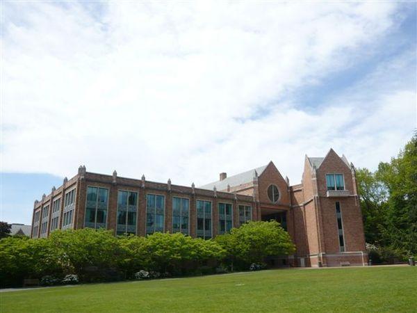 校園一景 - 建物前的草皮蠻棒的