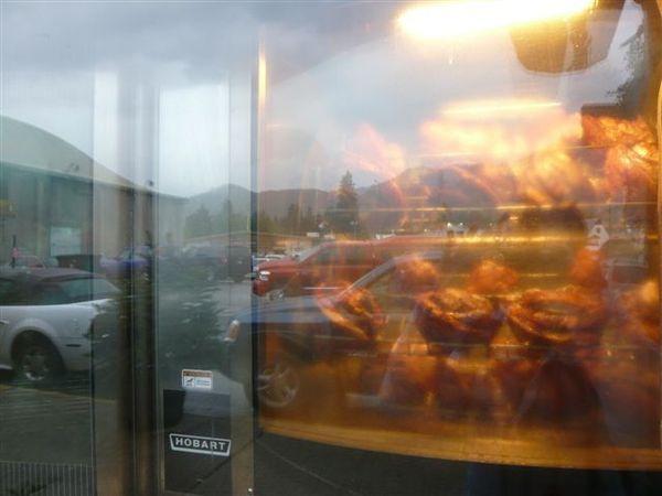 從店外還可以看到烤豬腳的景象