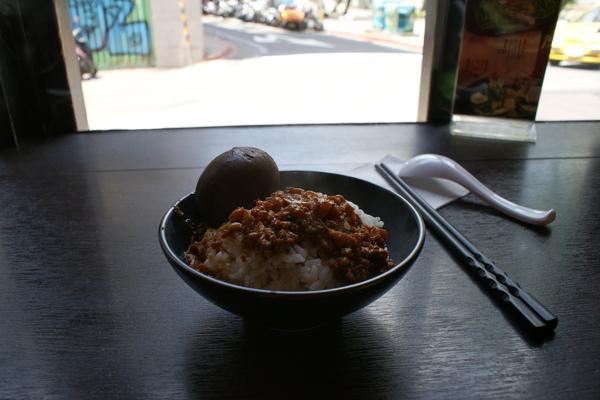 my lunch 肉燥飯加一顆滷鴨蛋.JPG