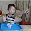 2Y1M1D-吃香蕉100.8.8 (邊吃香蕉邊看電視)