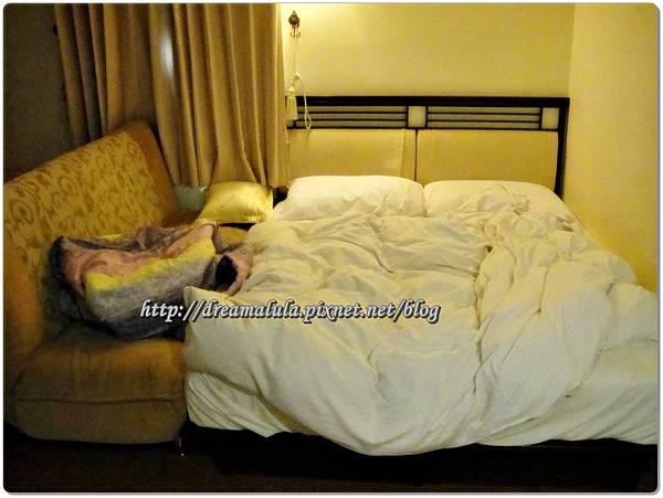 把沙發推到床邊讓小朋友睡