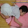 1Y1M7D-趴在枕頭上睡 - 程程中午睡午睡,常常睡一睡就會趴到媽咪的枕頭上睡,枕頭巾我都會常換洗。