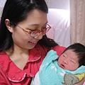 出生第2天.寶寶在偷看我